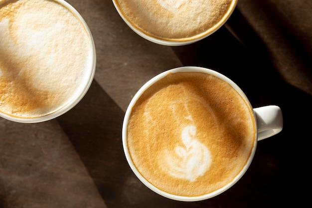 Tasses à Café Vue De Dessus Avec Du Lait Sur La Table Photo gratuit