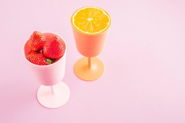 Tasses à l'orange et à la fraise Photo gratuit