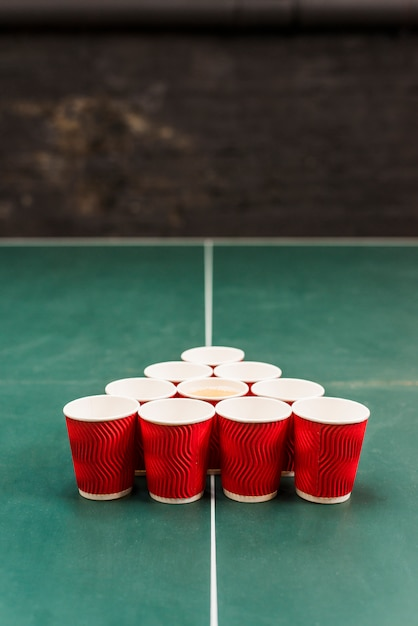 Tasses rouges sur la table du tournoi de bière-pong Photo gratuit
