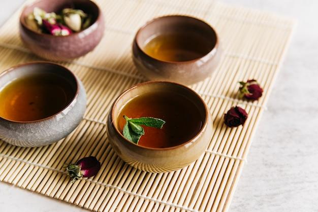 Tasses à Thé à La Menthe Et Rose Séchée Sur Napperon Photo gratuit