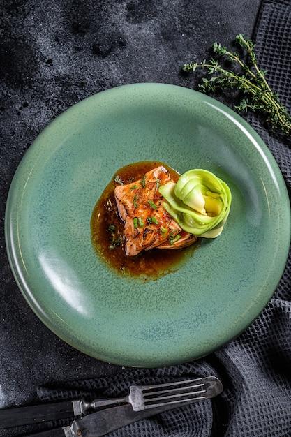 Tataki De Filet De Saumon Avec Garniture à L'avocat Photo Premium