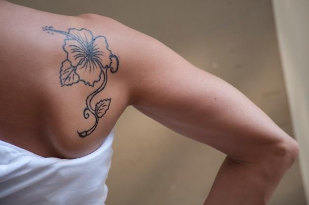Tatouage De Fleurs D Hibiscus Sur L Epaule D Une Jeune Femme Dans Un