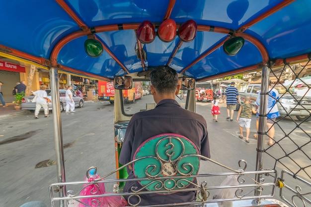 Taxi thai tuktuk en cours d'exécution sur la route à bangkok, en thaïlande. Photo Premium