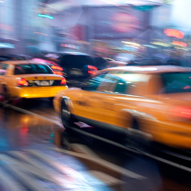 Taxis jaunes dans les rues de manhattan, new york, états-unis Photo Premium