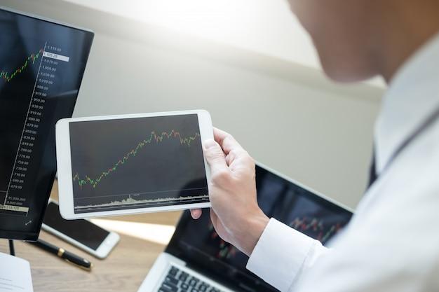 Team investment entrepreneur discute et analyse des graphiques de trading sur ordinateur. Photo Premium