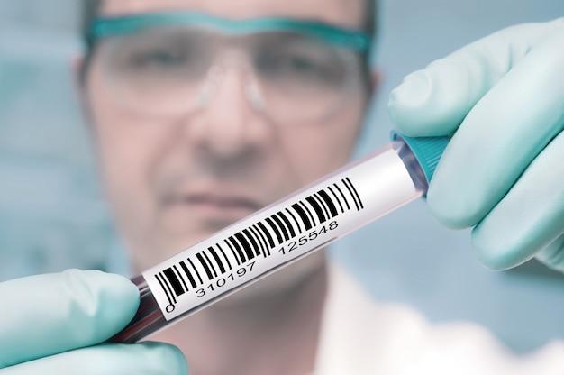 Tech avec un échantillon médical Photo Premium