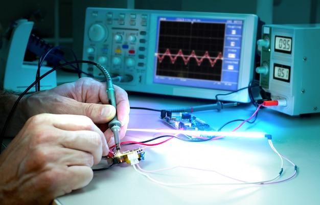 Tech teste des équipements électroniques dans un centre de service Photo Premium