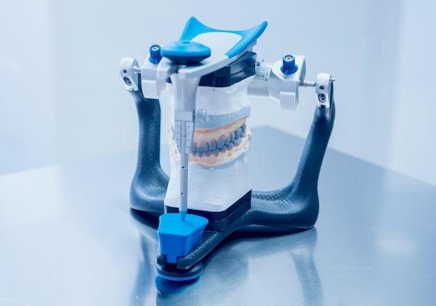 Technicien Dentaire Travaillant Avec Articulateur En Laboratoire Dentaire Photo Premium