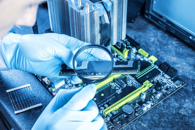 Un technicien du génie informatique en gants sur les mains examine la panne. Photo Premium