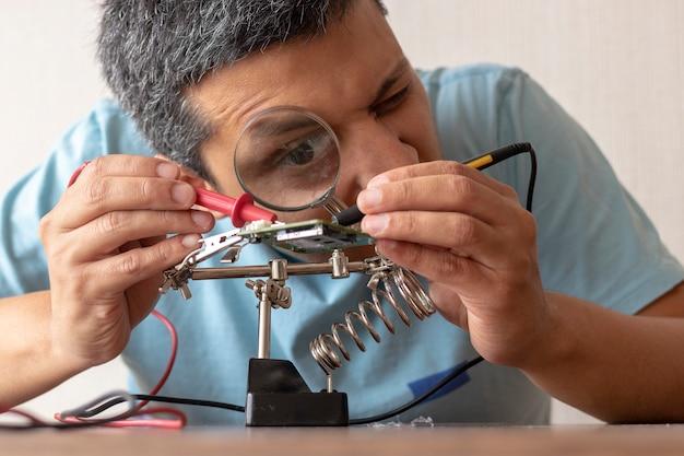 Technicien en électronique travaillant Photo Premium