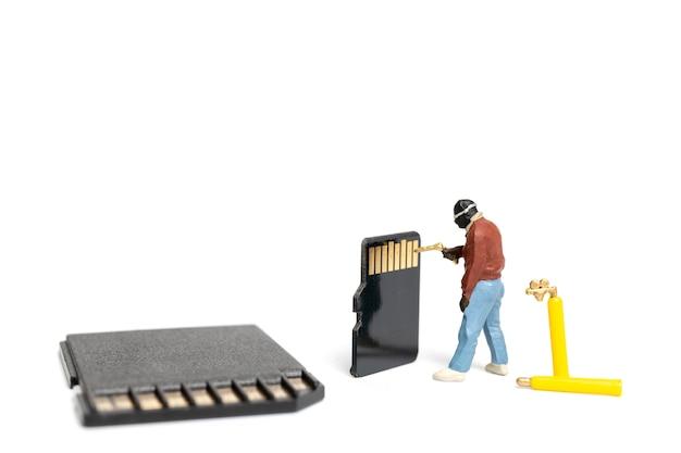 Technicien de personnes miniature fixant des tas de cartes sd sur fond blanc Photo Premium