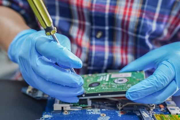 Technicien réparant le circuit Photo Premium