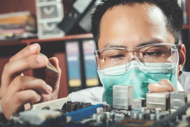 Le technicien réparant l'ordinateur, le matériel informatique, la réparation, la mise à niveau et la technologie Photo gratuit