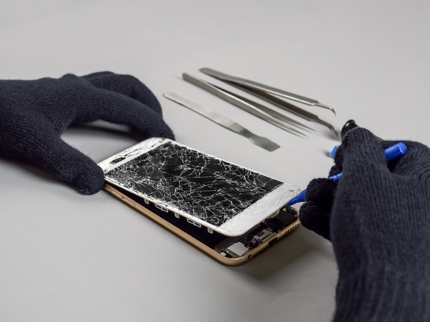 Technicien, réparation, smartphone, cassé, bureau Photo Premium