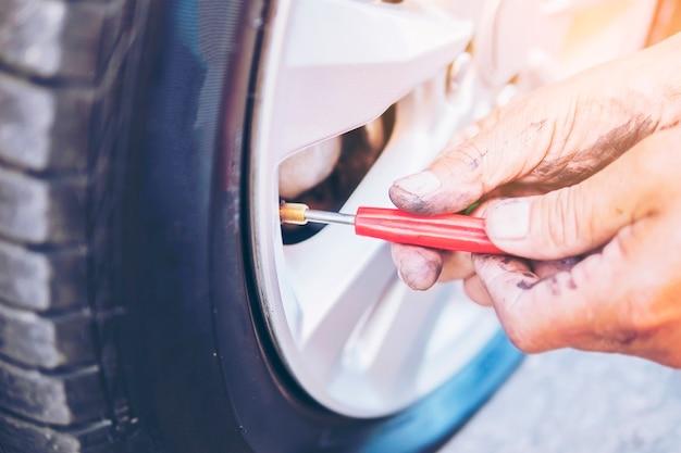 Un technicien répare un pneu crevé Photo gratuit