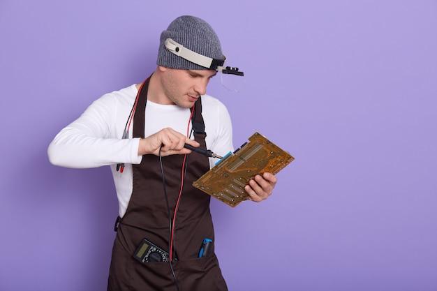 Technicien Réparer La Carte De Circuit électronique Avec Fer à Souder Photo gratuit