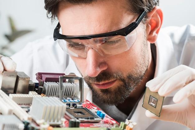 Technicien, vérification, microchip, fente, dans, carte mère ordinateur Photo gratuit