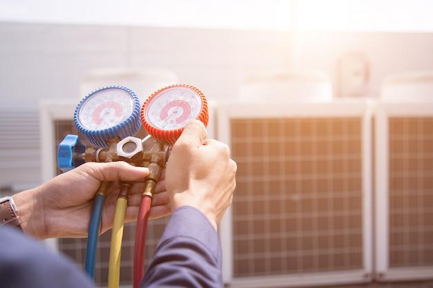 Technicien vérifie le climatiseur Photo Premium