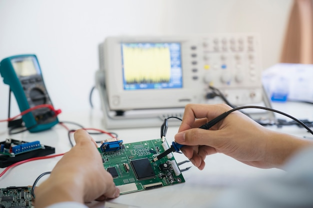 Un Technicien Vérifie Le Dispositif électronique. Photo Premium