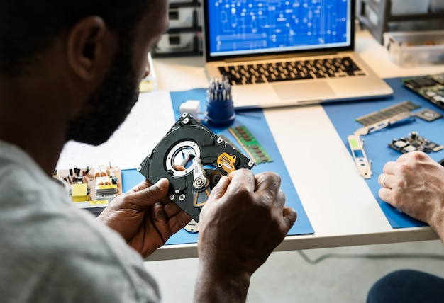 Techniciens travaillant sur le disque dur de l'ordinateur Photo Premium