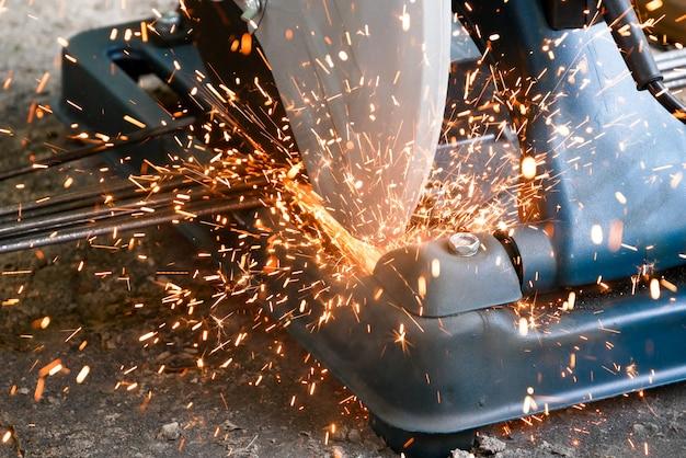 Les techniciens utilisent des outils de plate-forme de coupe de fibre pour couper l'acier pour la construction. Photo Premium