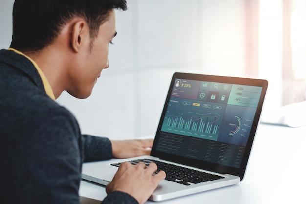 Technologie en finance et business marketing concept. les graphiques et diagrammes apparaissent sur l'écran de l'ordinateur Photo Premium