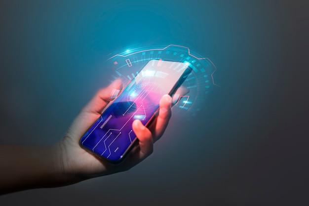 Technologie de main d'homme d'affaires avec les médias numériques et sociaux Photo Premium