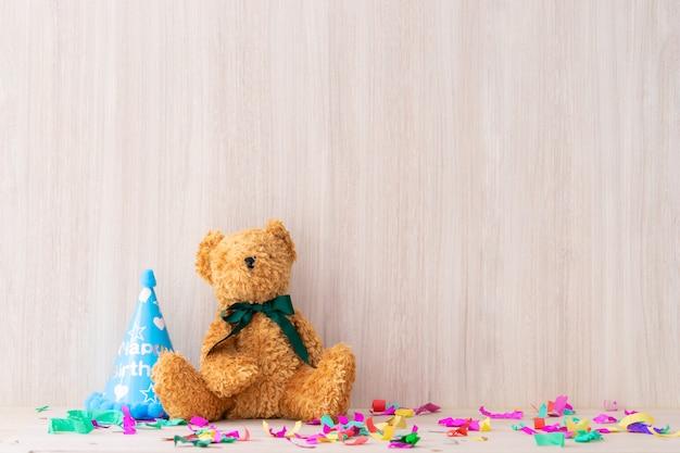 Teddy bear sur un espace de copie de table de fête romactique Photo Premium