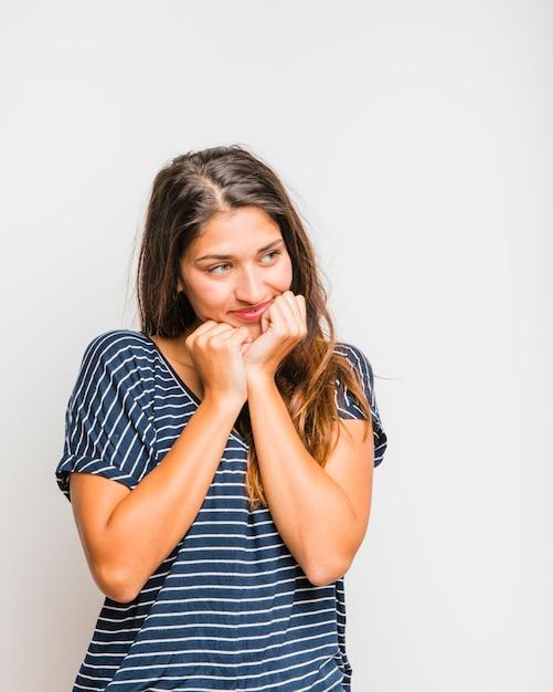 Tee-shirt fille brune posant avec rayures Photo gratuit
