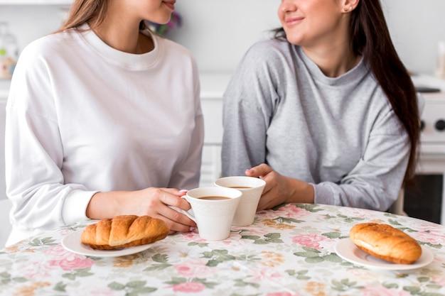 Teen couple buvant du café à la table Photo gratuit