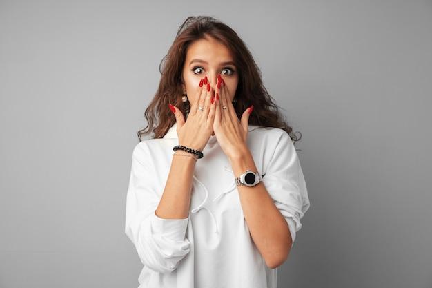 Teen femme en sweat blanc étant excité et émerveillé Photo Premium