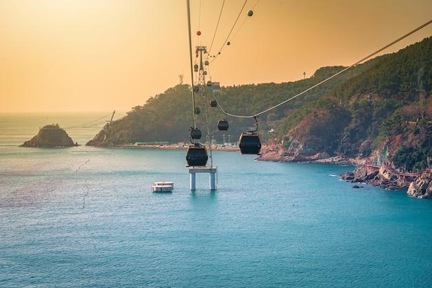 Un Téléphérique Au-dessus De L'eau à Busan, Corée Du Sud Photo Premium