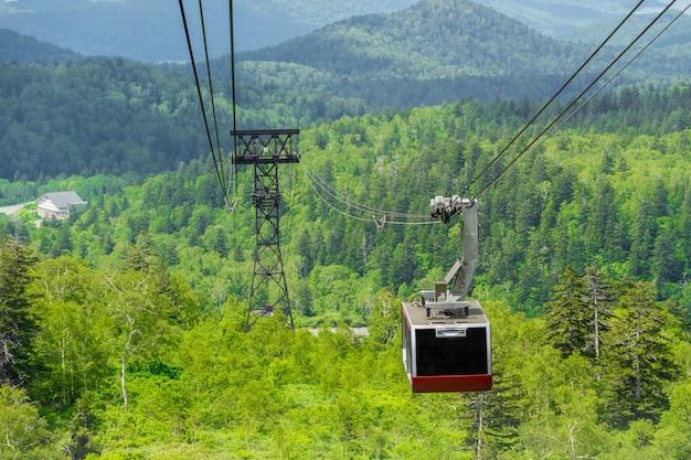 Téléphérique Au Mont Asahi (asahi-dake) En été Avec Forêt Verte. Le Mont Asahi Est La Plus Haute Montagne D'hokkaido. Photo Premium