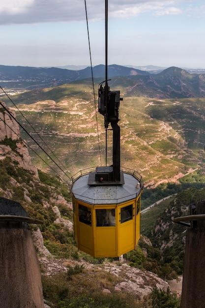 Téléphérique dans la chaîne de montagnes de montserrat Photo Premium