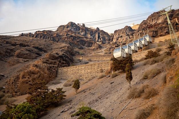Le Téléphérique De Santorin Relie Le Port à La Ville De Thera Dans L'île De Santorin, Grèce Photo Premium