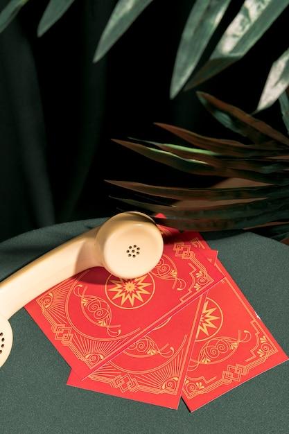Téléphone à angle élevé sur des cartes de tarot Photo gratuit