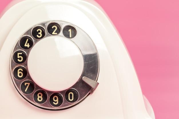 Téléphone Blanc Rétro Sur Fond Rose Photo Premium