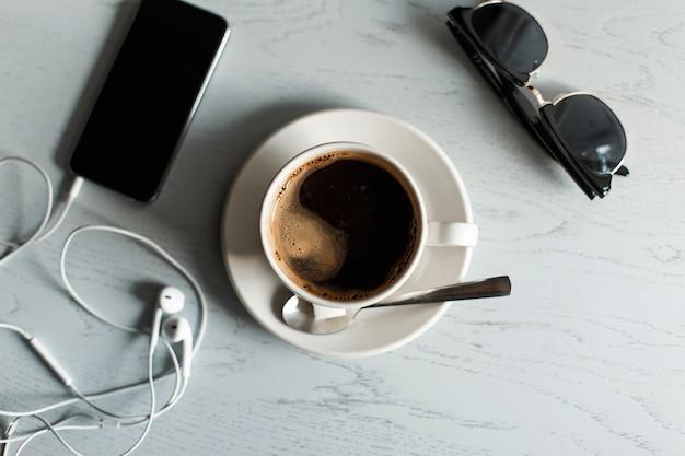 Téléphone Café Avec Des Lunettes De Soleil Casque Sur Une Table En Bois Blanc Photo Premium