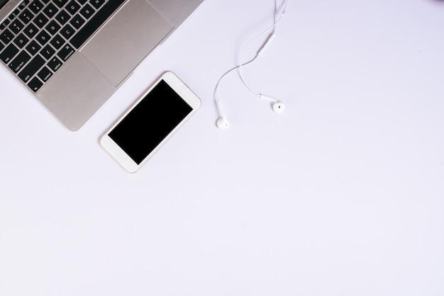 Téléphone cellulaire vue de dessus sur le bureau blanc Photo gratuit