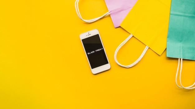 Téléphone avec inscription black friday sur la table Photo gratuit