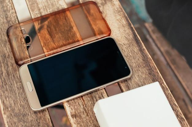 Téléphone Intelligent Et Couvercle Sur Table En Bois, à Vendre Photo Premium