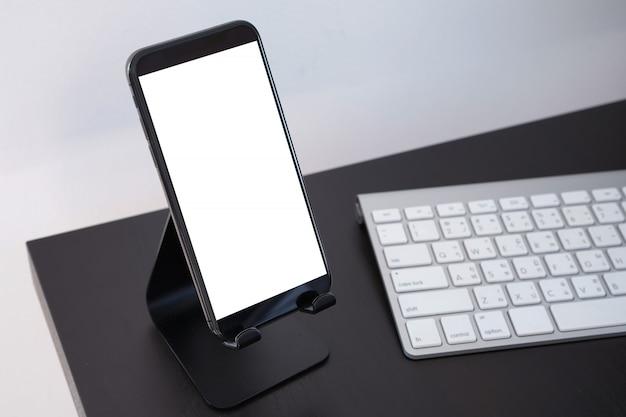 Téléphone intelligent avec maquette d'écran de téléphone écran vide close up Photo Premium