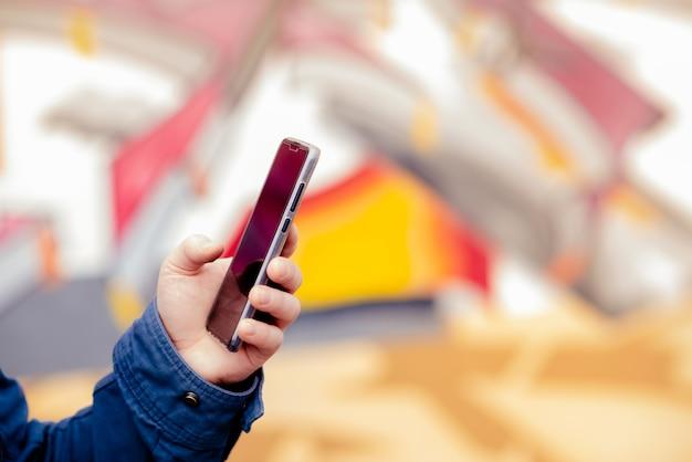 Téléphone mains homme jeune pour la recherche d'éduquer sur internet. Photo Premium