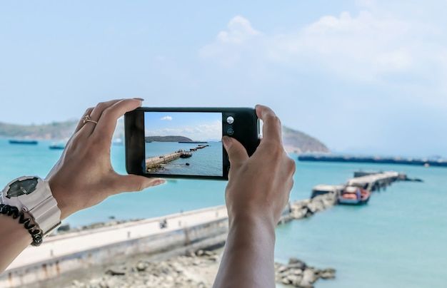 Téléphone Mobile Smartphone, Prenant Des Photos De La Mer Et De La Montagne Photo Premium