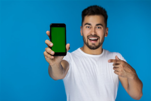 Téléphone Portable Au Premier Plan Et Beau Jeune Mec Sur L'arrière-plan Photo gratuit