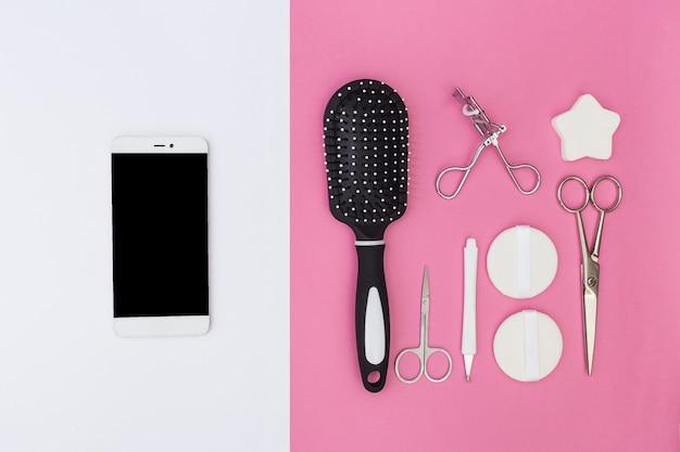 Téléphone Portable Et Cuticule; Brosse à Cheveux; Les Ciseaux; éponge; Recourbe-cils Et éponge Sur Double Toile De Fond Photo gratuit