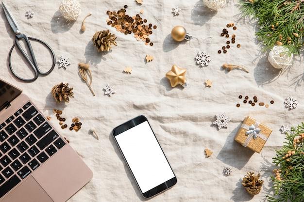 Téléphone portable et décoration de noël et du nouvel an sur un textile Photo Premium