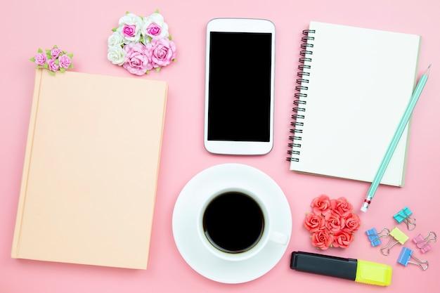 Téléphone portable portable et tasse de café blanc fond rose rose Photo Premium