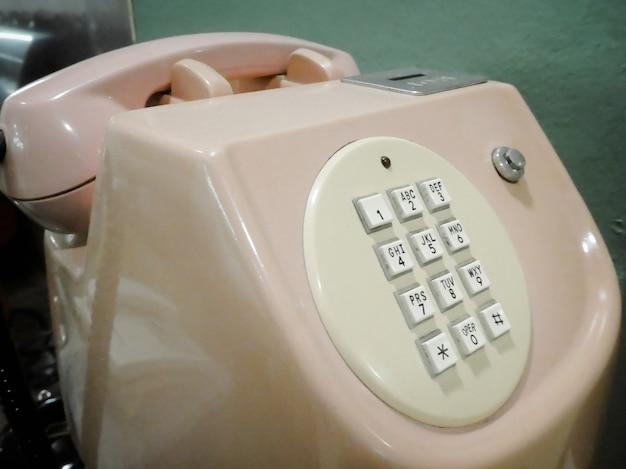 Téléphone rose classique vintage. téléphone à l'ancienne. Photo Premium
