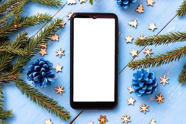Téléphone Sur La Table à Noël Avec Des Arbres De Noël. Photo Premium